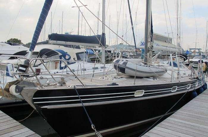 Contest 46/48 Bow profile in marina